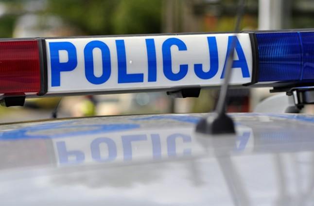 Podawali się za policjantów i pobili mężczyznę