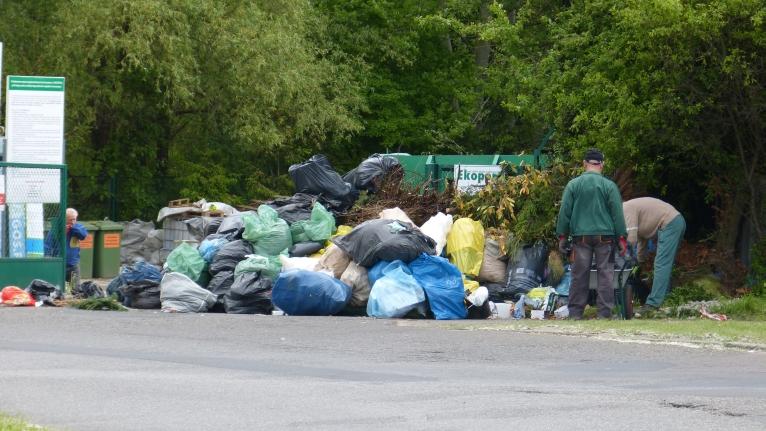 Gałęzie, trawa, a nawet gruz. Sprzątanie śmieci w ekoporcie trwa już drugi dzień