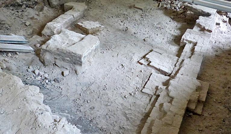Średniowieczne mury odkryte pod zamkową podłogą