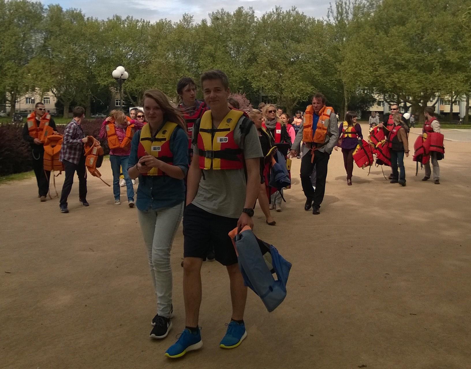Flash mob w ratunkowych kamizelkach