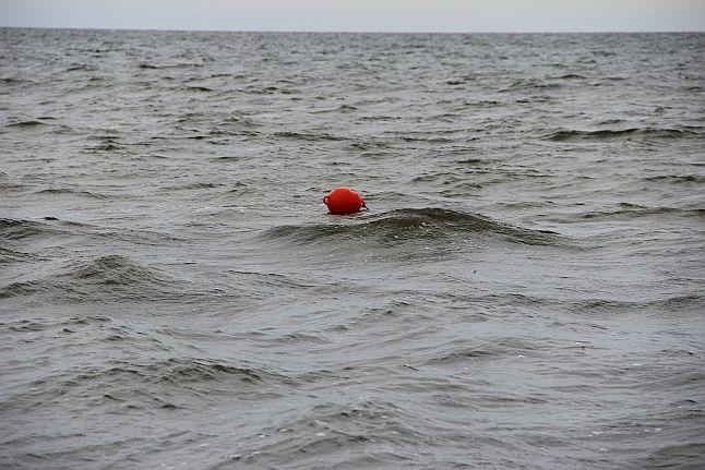 Człowiek pływał w Odrze, udało się wyciągnąć go na brzeg