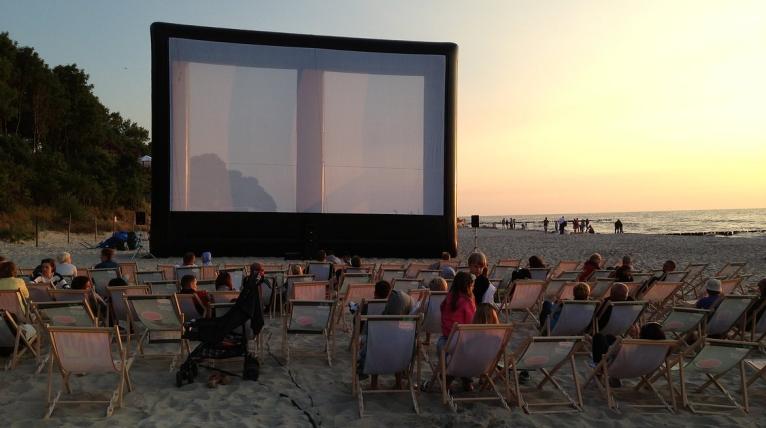 "Leżaki, koce i wielki dmuchany ekran. Startuje ""Kino na leżakach"""