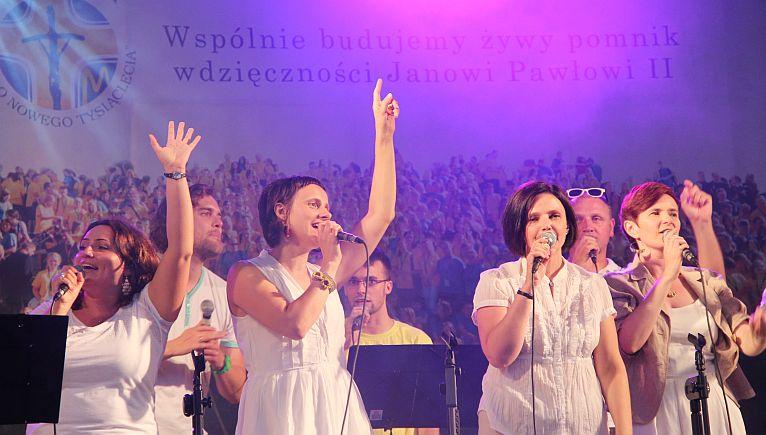 Stypendyści Fundacji Dzieło Nowego Tysiąclecia wystąpili wspólnie z chrześcijańskim zespołem Deus Meus w szczecińskim amfiteatrze. Fot. Piotr Kołodziejski [Radio Szczecin]