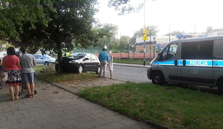 Wypadek na ul. Romera w Szczecinie. Auto uderzyło w drzewo