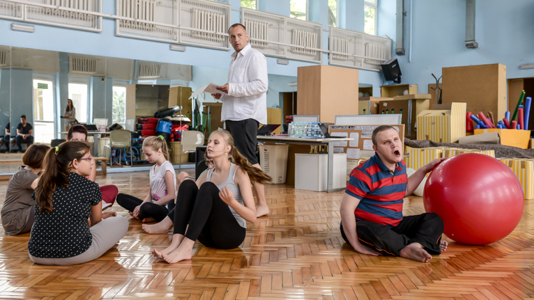 Niewidomi w Szczecinie biorą udział w warsztatach tanecznych w Domu Marynarza przy ulicy Malczewskiego. Fot. Jarosław Gaszyński [Radio Szczecin]