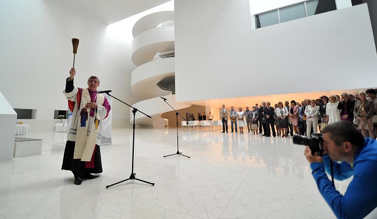 Gmach nowej Filharmonii Szczecińskiej uroczyście otwarty. W piątek po południu budynek poświęcił metropolita szczecińsko-kamieński arcybiskup Andrzej Dzięga. Fot. Łukasz Szełemej [Radio Szczecin]