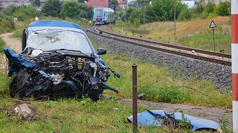Wypadek na przejeździe kolejowym. Pociąg zderzył się z samochodem