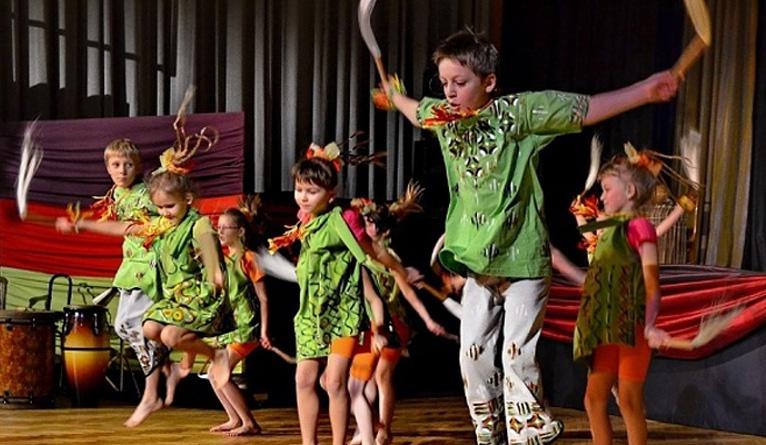 Nauka tańca afrykańskiego, gry na gitarze elektrycznej i bębnach oraz warsztaty teatralne - to zajęcia jakie w roku szkolnym przygotował dla dzieci i nastolatków szczeciński Pałac Młodzieży. Fot. palac.szczecin.pl