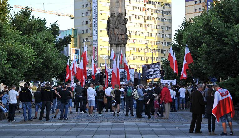 Biało-czerwone flagi, antykomunistyczne transparenty i okrzyki - tak wyglądała środowa manifestacja przed Pomnikiem Wdzięczności dla Armii Radzieckiej w Szczecinie. Fot. Łukasz Szełemej [Radio Szczecin]