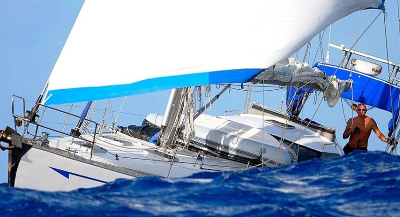 """Na swoim jachcie """"Ulysses"""" przepłynął prawie 45 tysięcy mil, okrążył świat, na morzach i oceanach spędził cztery i pół roku - szczeciński żeglarz Mirosław Lewiński jest już w domu. Fot. Archiwum prywatne."""