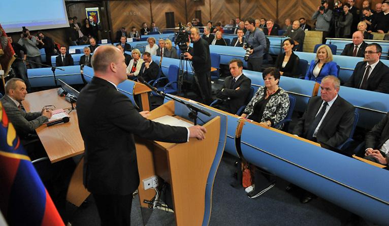 Po trwającej ponad dwie godziny sesji rady, kolejnych przerwach i kuluarowych ustaleniach, Artur Szałabawka pokonał Łukasza Tyszlera. Fot. Łukasz Szełemej [Radio Szczecin]