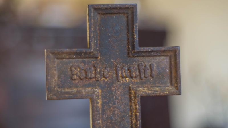 """Na krzyżu znajdował się napis """"Ruhe sanft!"""", czyli """"Spoczywaj w pokoju!"""". Fot. Mat. Policji"""