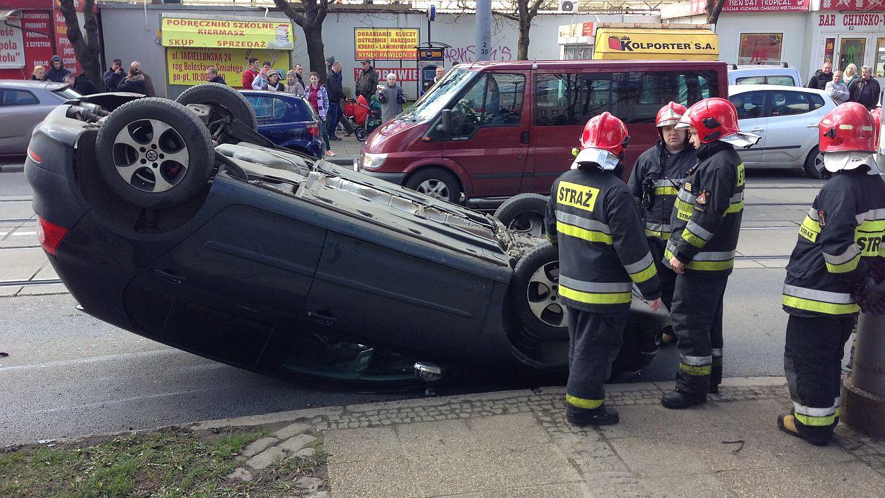 Auto dachowało w centrum Szczecina. Kobieta w ciąży jest w szpitalu [ZDJĘCIA]