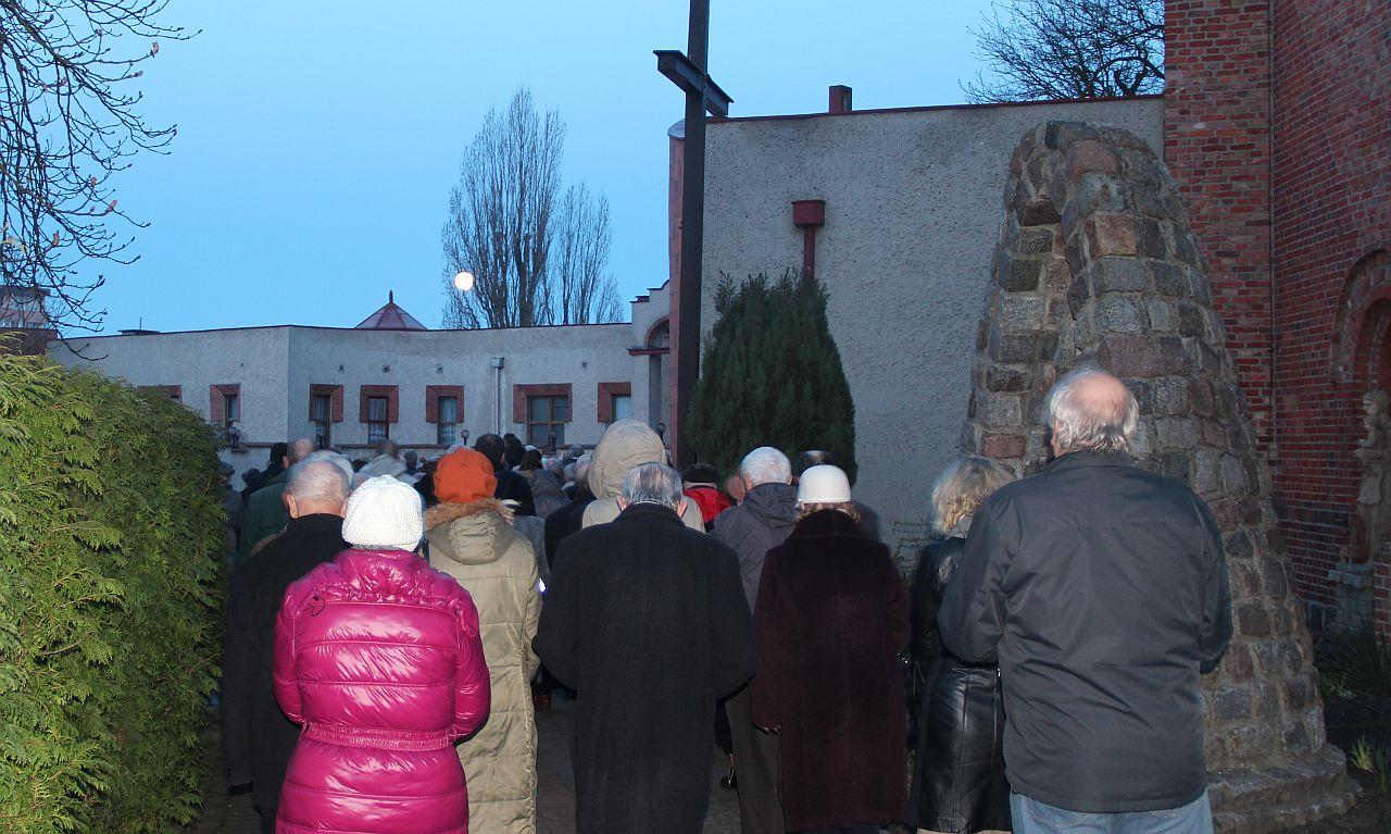 Radosne procesje w kościołach. Czy wszystkie powinny być w nocy?