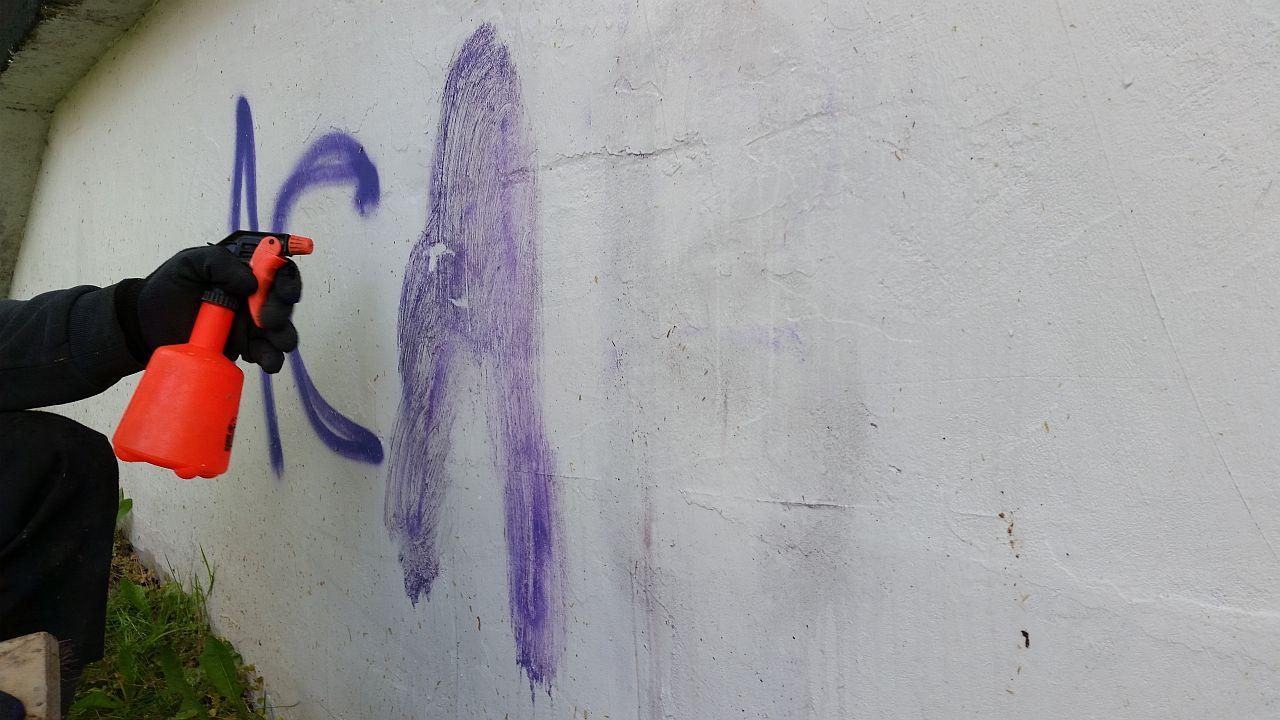 Specjalny środek chemiczny lekarstwem na szpecące graffiti? [WIDEO]