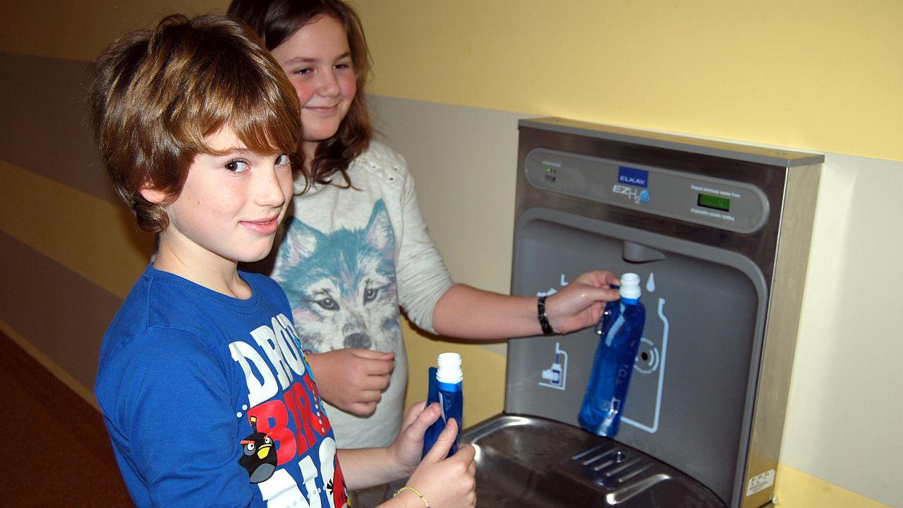 Sposób na niezdrowe, słodzone napoje w szkołach