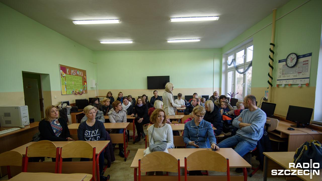 Na spotkanie w szkole przyszło kilkudzięsiecioro rodziców - nie chcą, by ich dzieci dojeżdżały nawet 10 km do szkoły. Fot. Konrad Nowak [Radio Szczecin]